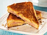 Рецепта Сандвичи от пълнени пържени филийки с плънка от шунка, сирене и кашкавал (или моцарела)